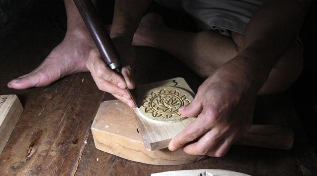 Khuôn bánh được làm từ gỗ thị và gỗ xà cừ. Đây là 2 loại gỗ mà người làm thường chọn vì bền, dễ đục đẽo và ít mối mọt.