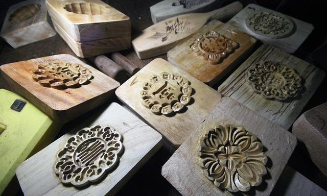 Các sản phẩm của ông Quang chủ yếu phục vụ cho các cơ sở sản xuất bánh truyền thống ở Xuân Đỉnh hoặc các hộ kinh doanh nhỏ lẻ. Nhiều mẫu khuôn bánh, ông Quang chế tác thêm tay cầm để người thợ dễ dàng sử dụng