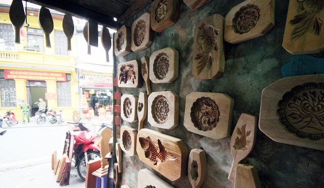 Bên cạnh các khuôn bánh truyền thống như: Cá chép, hoa hồng, Phúc – Lộc – Thọ, ông Quang còn làm cả khuôn bánh hình các nhân vật trong hoạt hình mà trẻ em yêu thích như Đô-rê-mon; Trư Bát Giới…