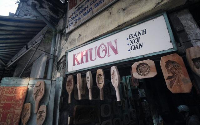 Cửa hàng ông Quang chỉ rộng khoảng 12m2, nằm lọt thỏm so với những cửa hàng sầm uất khác của phố cổ Hà Nội.