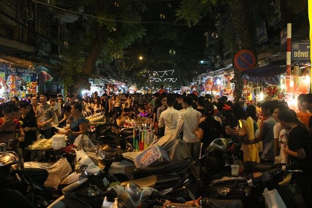 Không gian ken đặc người tại phố Hàng Mã - Đồng Xuân