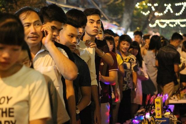 Lượng người đổ về đông khiến cho tình trạng ùn tắc càng trở nên nghiêm trọng. Đoàn người kiên nhẫn, nhích từng chút một.