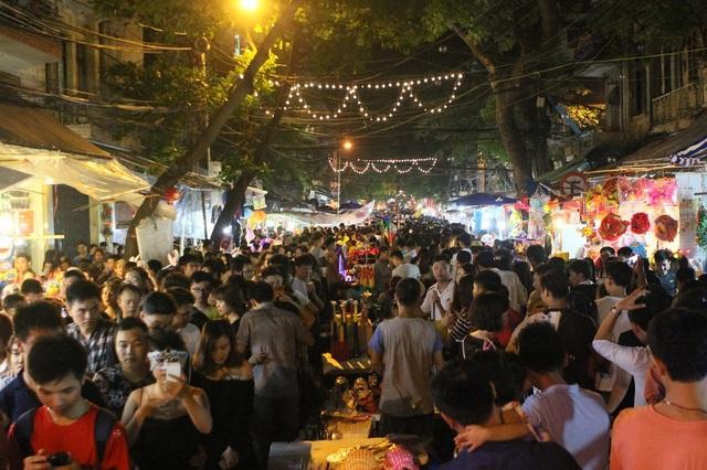 Ngay từ đầu giờ tối ngày 15/9, tức ngày Rằm tháng Tám, hàng nghìn người dân Thủ đô đã đổ về trung tâm thành phố để chơi Tết Trung thu. Các tuyến phố như: Hàng Lược, Lương Văn Can, phố Hàng Mã… luôn trong tình trạng chật cứng.