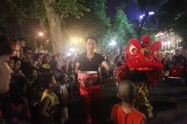 Mỗi tối, một nhóm múa lân thường di chuyển từ 5 - 7 địa điểm. Mỗi địa điểm biểu diễn từ 30 - 40 phút