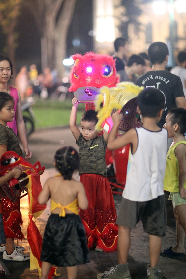 Một em nhỏ khoảng 5 tuổi cũng tham gia vào đoàn múa lân khuấy động không khí đêm trung thu