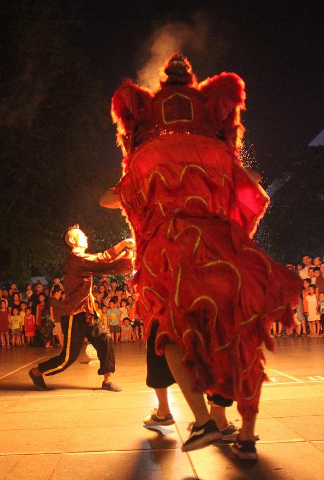 Một tiết mục thổi lửa ấn tượng của đoàn Lân phường Lý Thái Tổ