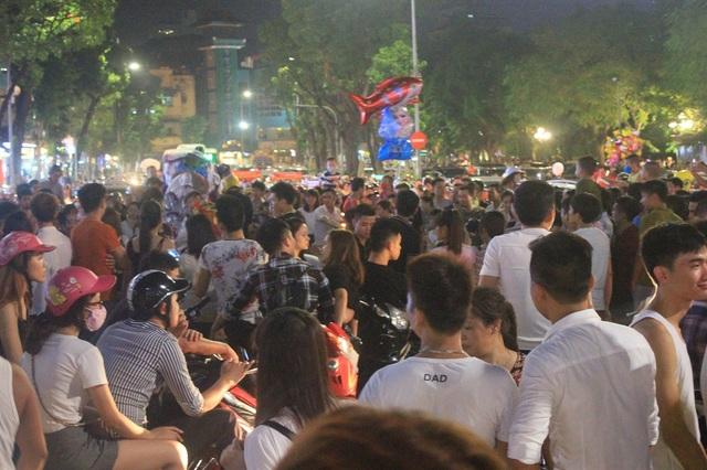Hoạt động múa lân ngoài tạo không khí lễ hội sôi động, vui vẻ cũng gây ra một số phiền toái. Trong ảnh là quang cảnh một đoàn múa lân biểu diễn giữa đường gây ùn tắc kéo dài tại khu vực Hồ Gươm
