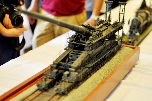 Trên thực tế, siêu đại pháo Dora của Đức được chế tạo dài 45,7m, cao 12,2m và nặng 1500 tấn là loại pháo hoạt động trên đường ray xe lửa lớn nhất từng được chế tạo. Để hoàn thành mô hình mô phỏng này, anh Vũ Minh Hoàn phải mất khoảng 2 tháng với kỹ thuật lắp ráp vô cùng tỉ mỉ và kỳ công. Những chi tiết như đường ray, màu sơn của pháo… được anh làm cũ với những vết gỉ sét, bùn đất y như thật