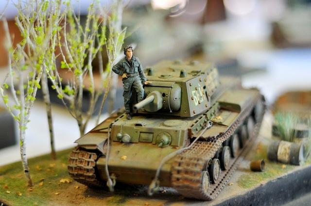 Đỉnh cao của giới chơi mô hình quân sự chính là sa bàn. Làm sa bàn đòi hỏi phải có sự am hiểu lịch sử, hiểu biết về hội họa, điêu khắc. Trong đó người chơi phải lựa chọn vật liệu sao cho từ ba lô, bao cát, thùng phuy… đến cây cỏ… đều phải giống thật nhất. Trong ảnh là xe tăng hạng nặng KV-1E do Liên Xô sản xuất.