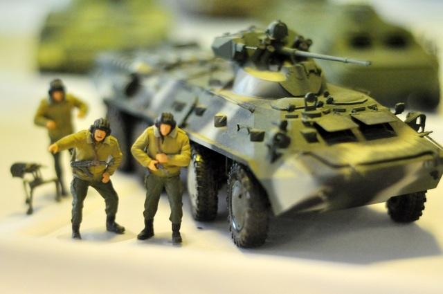 Mô hình xe tăng BTR 80 của Nga. Đây là loại xe bọc thép được trang bị động cơ diesel mạnh mẽ và lớp giáp tốt, giúp tăng đáng kể khả năng việt dã và phòng vệ của xe so với các thế hệ xe bọc thép chở quân trước nó.