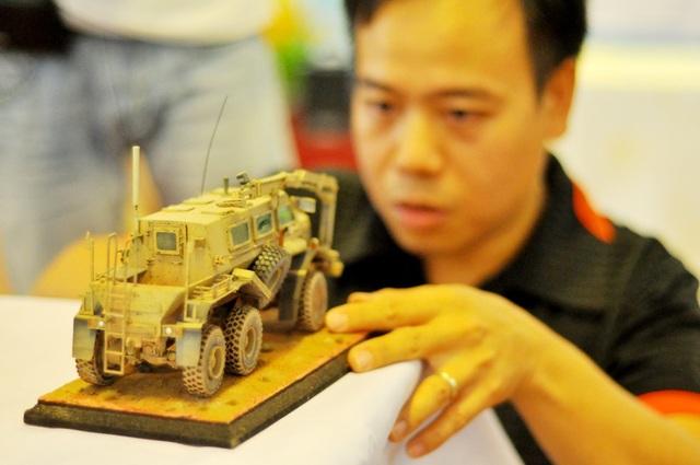 Trong các kỹ thuật làm mô hình, làm cũ được xem là công đoạn khó nhất, mất nhiều thời gian nhất. Người chơi phải tạo ra các vết bùn bắn, gỉ sét, vết móp méo và cả những vết rách, xước… trên mô hình giống như các thiết bị quân sự ngoài đời thực. Thông thường, kỹ thuật làm cũ, gỉ thường được sử dụng nhiều trên xe tăng, pháo mà ít áp dụng cho máy bay