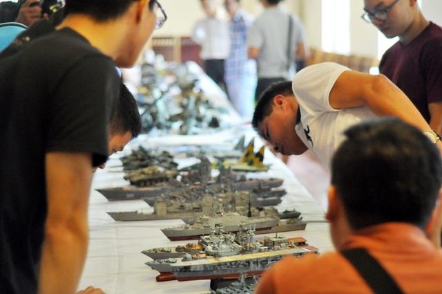Để làm được một mô hình quân sự, người chơi phải đặt mua phôi từ nước ngoài sau đó tiến hành lắp ráp, mài dũa sơn màu… Các bước cơ bản đều đòi hỏi sự khéo léo, tỉ mẩn và cực kỳ cẩn thận của người chơi.