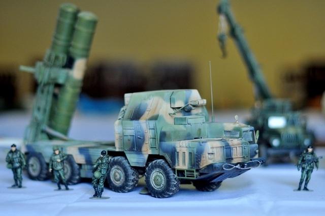 Hệ thống tên lửa phòng không tầm trung S300 của Nga cũng được mô phỏng. Trên thực tế, đây là tên lửa đất đối không thuộc hàng mạnh nhất trên thị trường hiện nay, S300 được đánh giá là một trong những tên lửa quý giá nhất của Nga, có thể bắn hạ máy bay và tên lửa đạn đạo từ tầm xa 150km và ở độ cao 27km.