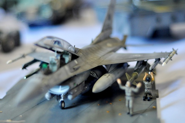 """Mô hình máy bay chiến đấu F16 do Mỹ sản xuất. Tiêm kích F16 được khai sinh từ chương trình Máy bay chiến đấu hạng nhẹ của không quân Mỹ đầu những năm 1970 và được mệnh danh là """"Viper"""" (Rắn hổ lục). Đây là loại máy bay cực kỳ lợi hại có thể thực hiện tốt các nhiệm vụ từ đánh chặn đến tuần tra, không kích, tiêu diệt radar…"""