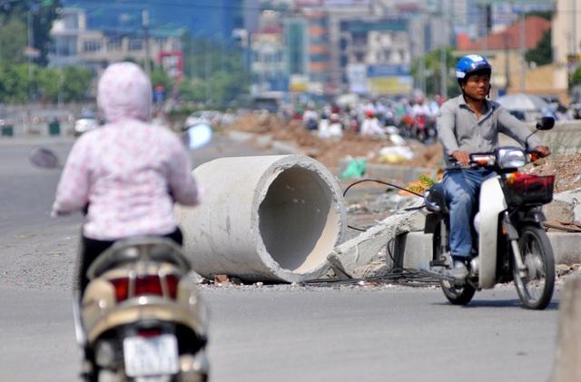 Một ống cống chưa được thi công nằm giữa đường khiến nhiều phương tiện phải lách mình mỗi khi di chuyển qua đây