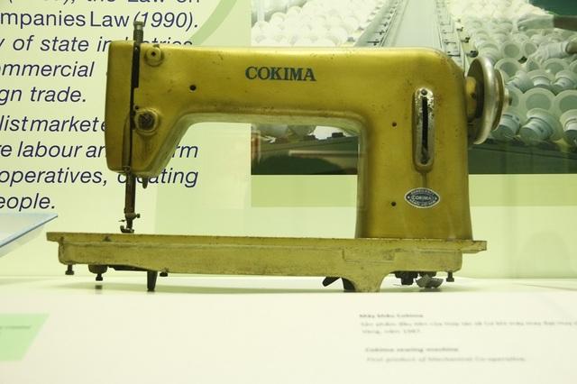 Chiếc máy khâu Cokima - sản phẩm đầu tiên của Hợp tác xã Cơ khí máy may đoạt huy chương Vàng năm 1987. Đây cũng là vật dụng quen thuộc trong nhiều gia đình có điều kiện thời kỳ đó.