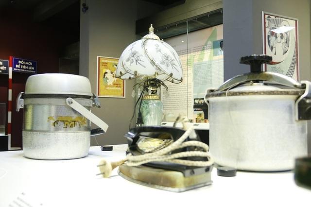 Dịp này, ngoài những tài liệu, sách báo, tranh ảnh cùng vật dụng trong gia đình thời xưa cũng được trưng bày. Trong ảnh là nồi áp suất, đèn ngủ, bàn là Liên Xô. Trước đây chỉ gia đình nào thực sự có điều kiện mới được sở hữu.