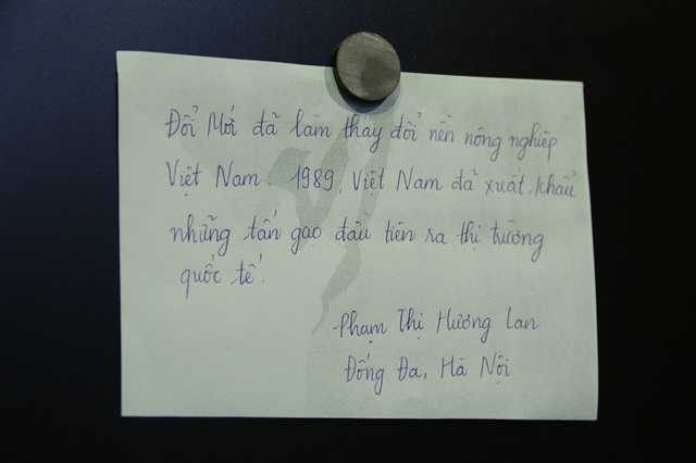 Trong triển lãm trưng bày về công cuộc Đổi mới đất nước lần này cũng dành ra một góc riêng để người xem có thể ghi lại những ký niệm, đánh giá, nhìn nhận về một thời kỳ lịch sử của Đất nước. Trong ảnh là dòng ghi cảm xúc của bà Phạm Thị Hương Lan (Đống Đa - Hà Nội).