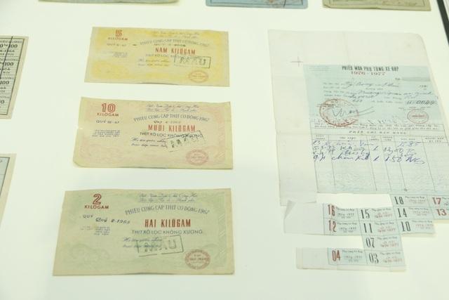 Sổ gạo, tem phiếu, giấy mua phụ tùng xe đạp...là những thứ vô cùng quan trọng trong các gia đình thời bao cấp. Khi đi mua thực phẩm, người dân phải có tem, phiếu này mới được cấp, phát. Những thứ này về sau trở thành một biểu tượng của một thời gian khó.