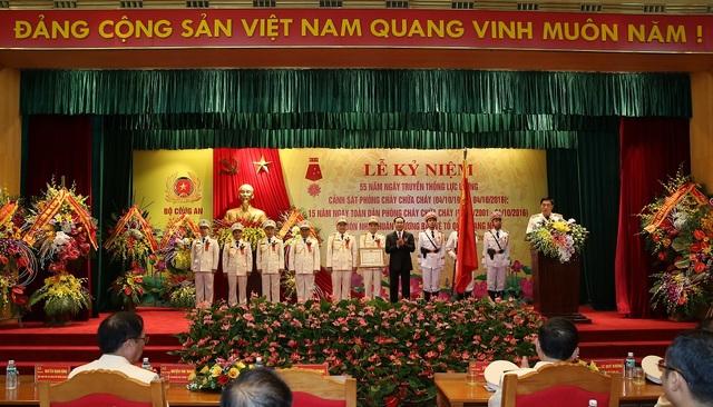 Chủ tịch nước Trần Đại Quang trao Huân chương Bảo vệ Tổ quốc hạng Nhất cho Cục Cảnh sát Phòng cháy, chữa cháy và Cứu nạn, cứu hộ. Ảnh: Trường Quang