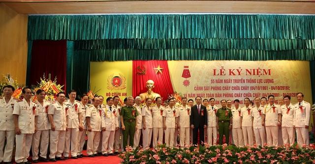 Chủ tịch nước Trần Đại Quang chụp ảnh với cán bộ, chiến sỹ Công an nhân dân
