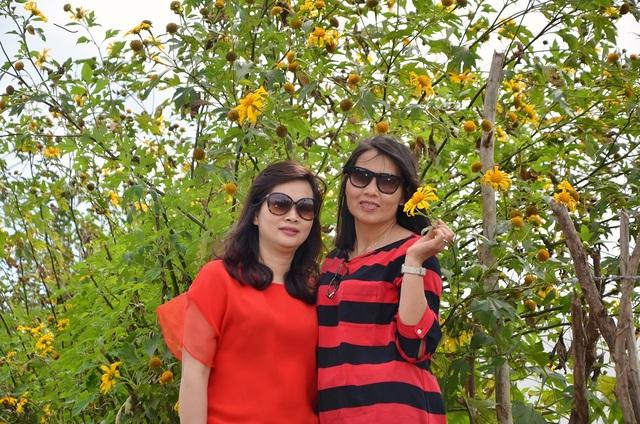 Nhiều du khách đã lựa chọn dừng chân lại tại khu ⅖ - nơi có những bụi dã quỳ cao và nhiều hoa nhất để ghi lại cho mình những khoảnh khắc thật đẹp bên hoa