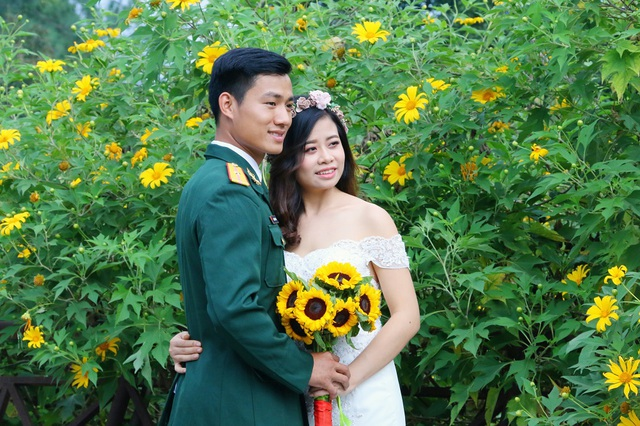Cặp đôi tranh thủ lưu lại khoảnh khắc đáng nhớ của cuộc đời bên vườn hoa hoa dã quỳ nở vàng rực