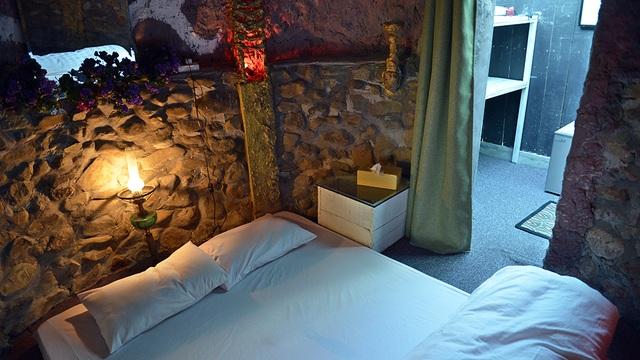 Một ngôi nhà trên cây có diện tích chỉ khoảng 12m2 nhưng được bố trí khá hài hòa, tạo cảm giác lãng mạn, ấm cúng cho căn phòng