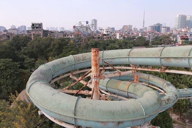 Cận cảnh ống trượt khổng lồ dài 30m, cao 20m nước từng được xem là hiện đại nhất Thủ đô, nay để không cho rêu xanh bao phủ, phần sắt thép hoen gỉ.