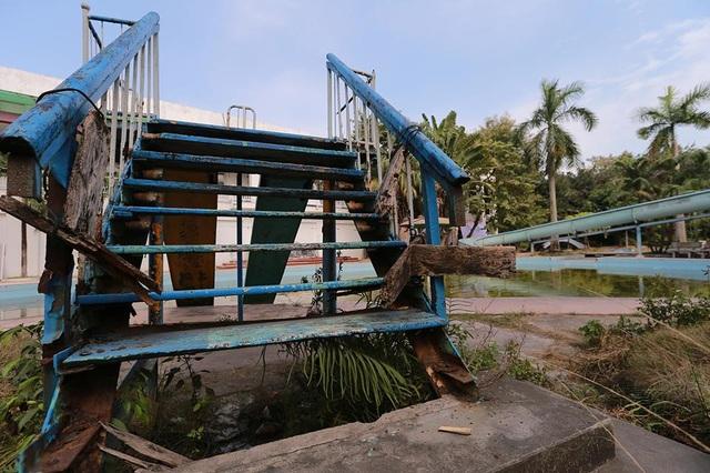Bậc cầu thang dẫn xuống bể bơi mục nát, xuống cấp khó có thể phục hồi.