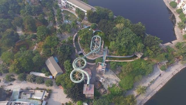 Công viên Tuổi Trẻ nằm ở vị trí đắc địa giữa quận Hai Bà Trưng (Hà Nội), trong đó có khu công viên nước được xây dựng hoành tráng với hệ thống ống trượt nước khổng lồ, hồ tạo sóng, bể bơi, bể vầy... Từng được kỳ vọng là điểm vui chơi quan trọng phục vụ người dân Thủ đô thế nhưng nhiều năm nay, khu công viên nước này đắp chiếu, các hạng mục công trình dần hư hỏng.