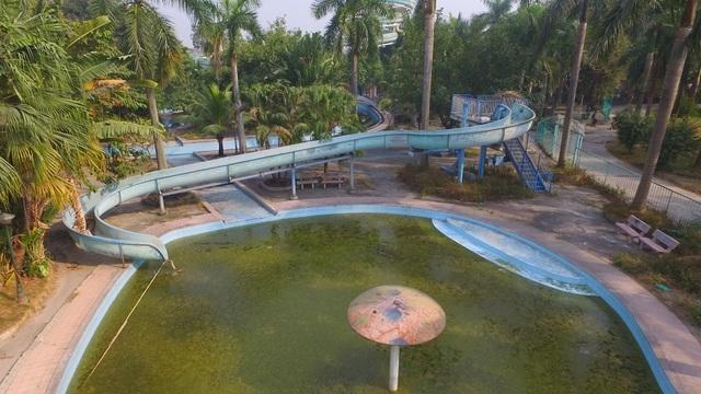 Khu hồ tạo sóng, bể bơi, bể vầy nay trở thành nơi chứa nước bẩn tù đọng, bốc mùi hôi thối.