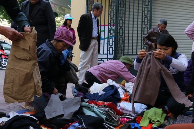 Khách hàng chủ yếu là những những người lao động có thu nhập thấp, những người bán hàng rong, những người nhà và bệnh nhân nghèo điều trị tại các bệnh viện… Ở đây, họ có thể mua mọi món đồ thiết yếu chỉ với giá 2.000 đồng/sản phẩm.