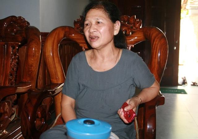 Bà Hồng đang kể lại sự việc với PV. (Ảnh: CTV)