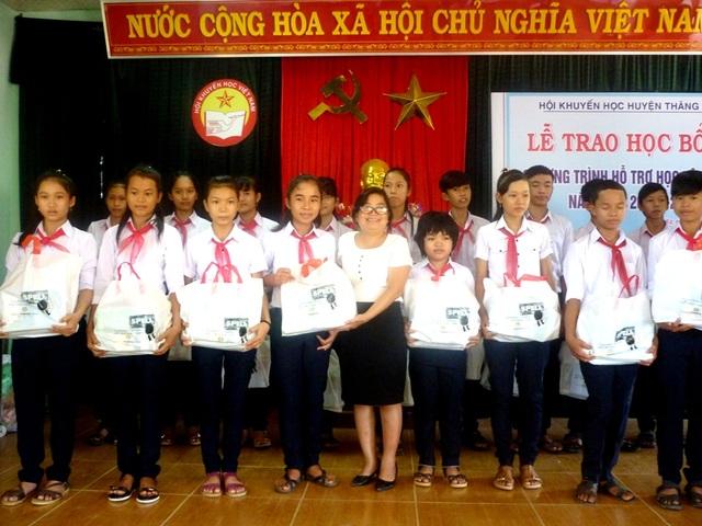 Các em học sinh được nhận học bổng Spell