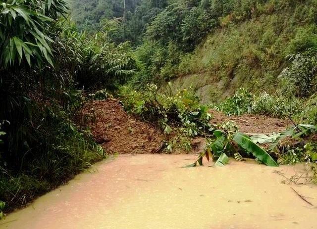 Điểm sạt lở ở đường qua xã Ch'ơm, huyện Tây Giang. (Ảnh: CTV)
