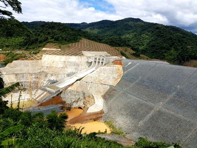 Đập dâng của dự án thủy điện Sông Bung 2, bên dưới là cống dẫn dòng, bên cạnh là đập tràn.