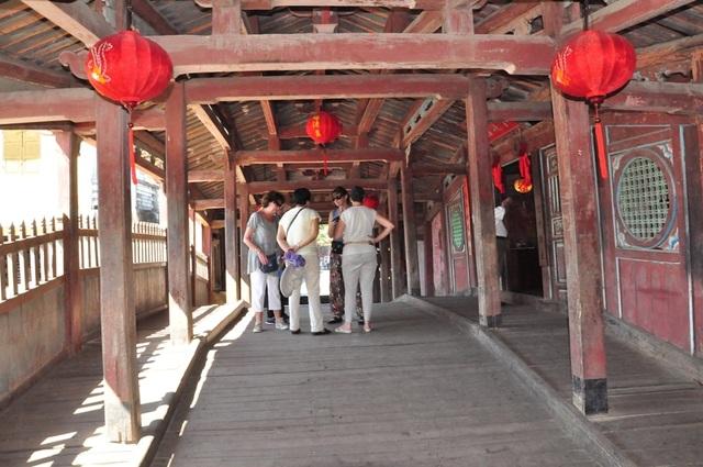 Du khách tham quan Chùa Cầu. TP Hội An thông báo chỉ cho phép không quá 20 khách đi qua Chùa Cầu