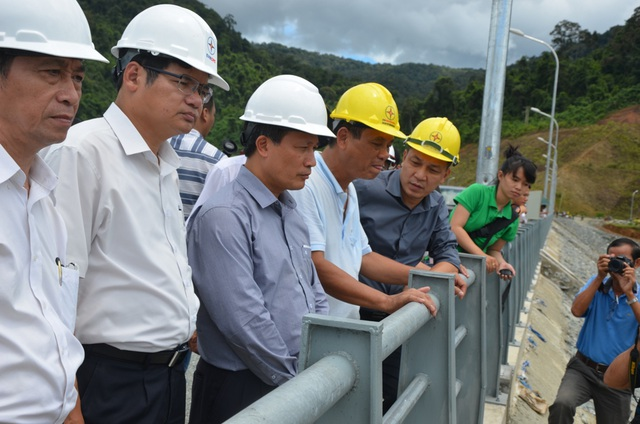 Lãnh đạo Bộ Công thương và EVN đi kiểm tra sau khi sự cố vỡ cống dẫn dòng ở dự án thủy điện Sông Bung 2