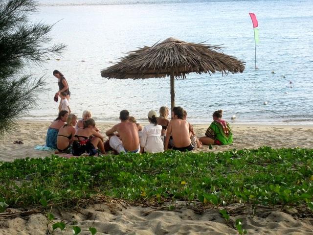 Du khách nước ngoài tắm biển ở Cù Lao Chàm. (Ảnh minh họa)