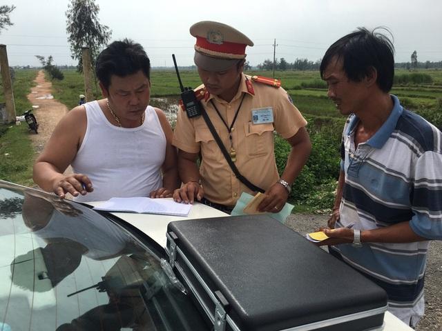 CSGT làm việc với tài xế Thông (trái)