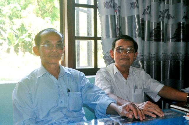 Ông Võ Nga (bên trái) cùng ông Phạm Phú Hoan (nguyên Bí thư Đảng ủy xã Điện Phước, nay là Phó Chủ tịch Hội khuyến học xã Điện Phước).