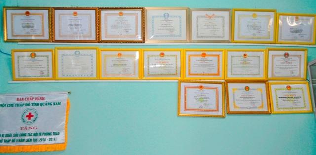 Các bằng khen tặng qua các thời kỳ dành cho Hội Khuyến học và Hội Chữ thập đỏ xã Điện Phước mà ông Nga là người giữ vai trò nòng cốt.