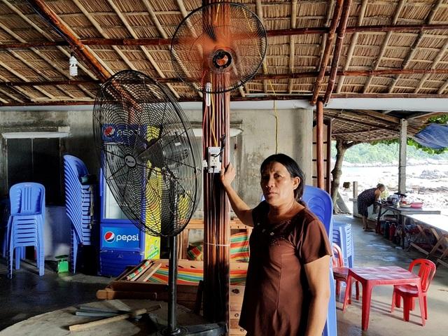 Quán ăn uống, giải khát của bà Ngôn ở thôn Bãi Làng đã mua thêm quạt máy phục vụ du khách