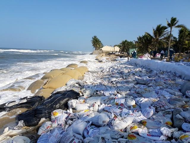 Sóng đánh mạnh vào bờ biển Cửa Đại làm bờ kè cũ sạt lở mạnh, các lực lượng phải gia cố, giữ đất.