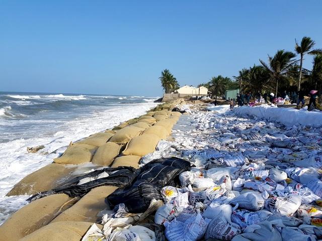 Do ảnh hưởng của áp thấp nhiệt đới nên bờ biển Cửa Đại tiếp tục sạt lở mạnh