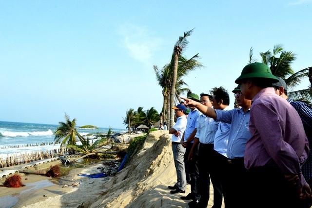 Đoàn công tác của Tổng Cục thủy lợi khảo sát bờ biển Cửa Đại