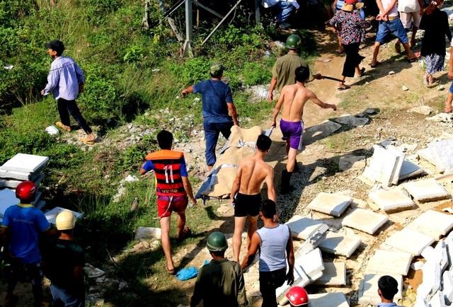 Lực lượng chức năng đưa thi thể nạn nhân vào bờ