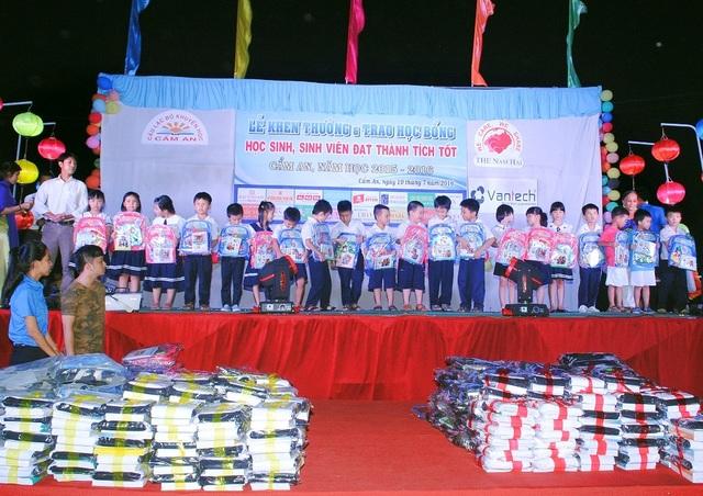 Các em học sinh được nhận học bổng từ CLB