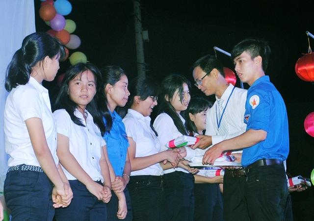Thành viên CLB trao học bổng đến các em học sinh